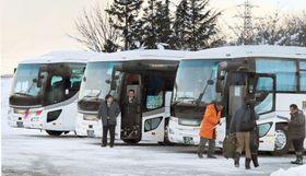 栂池高原スキー場前の駐車場でツアー客を待つ貸し切りバス=12日、長野県小谷村