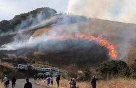 火柱を上げ燃え盛る野焼きの炎=平戸市、川内峠