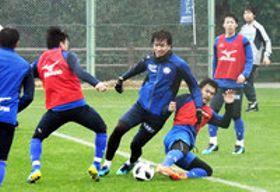 ミニゲームで激しくボールを奪い合う選手たち=高知市の春野総合運動公園球技場