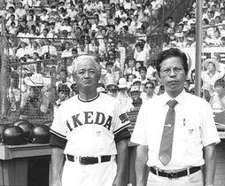 池田高野球部長として蔦監督(左)を支えた白川さん=1982年8月、甲子園