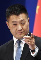 記者会見する中国外務省の陸慷報道局長=18日、北京(共同)
