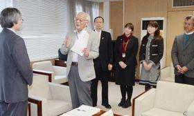 佐藤光彦副市長(左)に提言書を渡す千葉順成座長ら