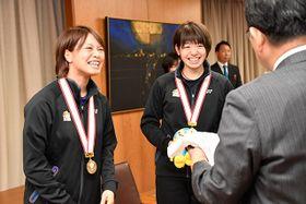 古田肇知事にサイン入りユニホームを笑顔で手渡す福島由紀選手(左)と広田彩花選手=県庁
