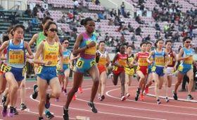 グランプリ女子1万メートル決勝で熱戦を繰り広げる選手たち=21日午後、神戸市須磨区緑台、ユニバー記念競技場(撮影・辰巳直之)