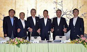 握手する(左から)三村知事、藤井社長、勝野社長、岩根社長、清水社長、小野寺市長
