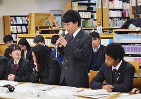 農水省の有識者会議の会合で意見を述べる東京都立園芸高校の男子生徒=24日午後、東京都世田谷区