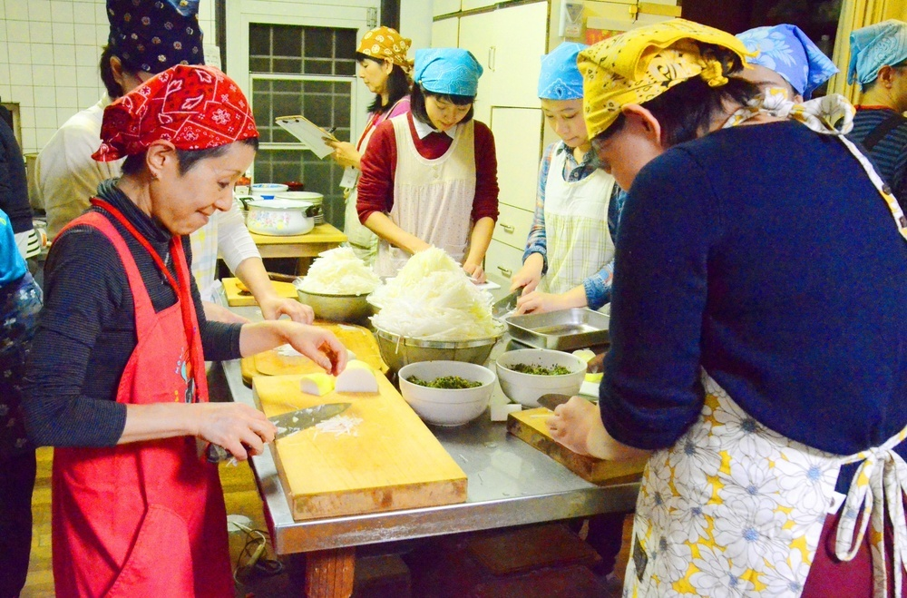 「要町あさやけ子ども食堂」の台所。20人以上で食事の準備をする