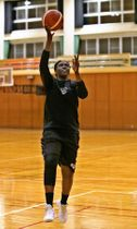 レイアップシュートの練習に励むロー=阿賀野市水原総合体育館
