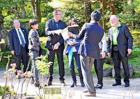 視察するジャンマリー・アヴィサー庭園長(左から3人目)とジルヴェール・ヴァエ名誉庭園長(右端)ら=松江市八束町波入、由志園
