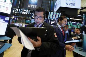 16日のニューヨーク証券取引所(AP=共同)