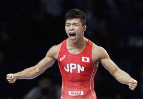 男子グレコローマン60キロ級準決勝 イラン選手からポイントを奪い、雄たけびを上げる文田健一郎=ヌルスルタン(共同)