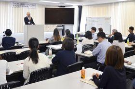 児童生徒の被害例について報告する関係者=東京都港区