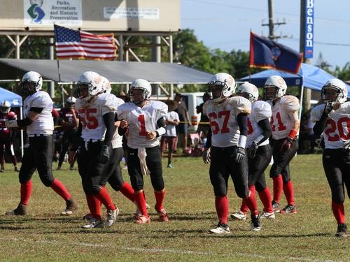 米国旗とグアム旗がはためく中戦った「ブレイズキャッツ」.=撮影:Yosei Kozano、3月22日、グアム島