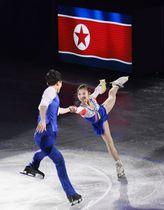 エキシビション 演技する北朝鮮のリョム・テオク(右)、キム・ジュシク組=江陵(共同)