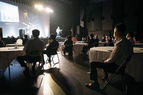 ライブハウス「仙台ギグス」で行われた、新型コロナウイルス感染防止対策をシミュレーションしたイベント。アーティストの渡和久(左奥)さんもリモート映像で登場した=9日午後、仙台市