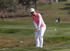 米女子ゴルフのハナバンク選手権最終ラウンド、畑岡奈紗の6番アプローチショット=14日、仁川(AP=共同)