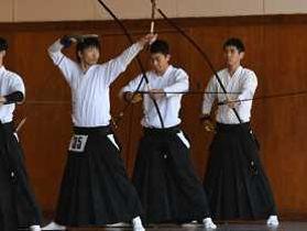 弓道男子団体 24射18中で優勝した作新A(左から千野根、高橋、手塚)=鹿沼高弓道場