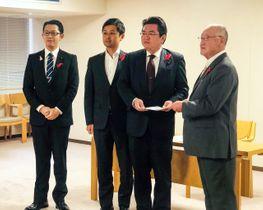 当選無効決定前の10月下旬、岩手県北の町村議長から要望を受ける松倉史朋県議(左)=県庁