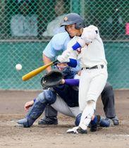 決勝 花巻東-盛岡大付 5回裏盛岡大付2死一塁、渡辺が左越えに本塁打を放ち3-1と勝ち越す。捕手菅=県営