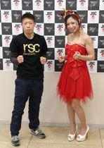 WBC女子ミニフライ級タイトルマッチの前日計量を終え、ポーズをとる王者の黒木優子(右)と挑戦者の小関桃=16日、福岡市