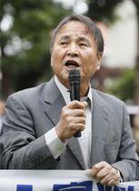控訴審判決を前に、支援者集会であいさつする沖縄平和運動センター議長の山城博治被告=13日午後、那覇市