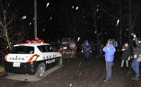 森林管理局職員が撃たれた現場近くに集まった警察官や報道関係者=20日午後、北海道恵庭市