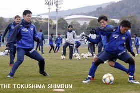 新体制で初の全体練習をする徳島ヴォルティスの選手たち=10日、板野町の徳島スポーツヴィレッジ