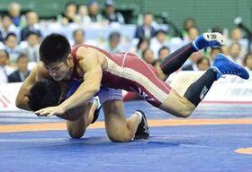 グレコローマンスタイル72キロ級で準優勝に終わった井上(上)=東京・駒沢体育館
