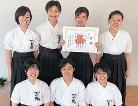 なぎなた団体試合で準優勝した福徳学院の選手たち=松浦市文化会館