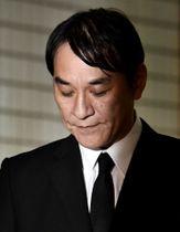 保釈され、東京湾岸署前で報道陣の前に立つピエール瀧(本名・瀧正則)被告=4日午後