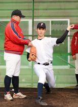 富士大の9季連続優勝の鍵を握る鈴木翔天(右)と投球フォームを確認する豊田圭史監督=花巻市・富士大