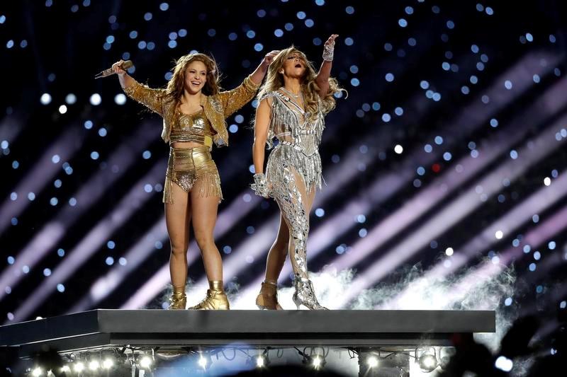 スーパーボウルのハーフタイムを彩った歌手のシャキーラさん(左)とジェニファー・ロペスさん(AP=共同)
