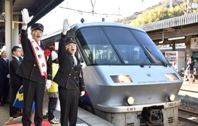 JR日豊線運行再開の記念式典で、発車の合図をする大分県佐伯市の田中利明市長(左)=18日午前、佐伯駅