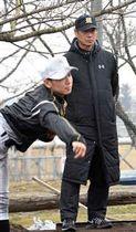 ブルペンで投球練習を見守る尾花氏=21日、明桜高