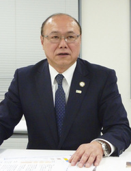 インタビューに答える日本臨床工学技士会の本間崇理事長