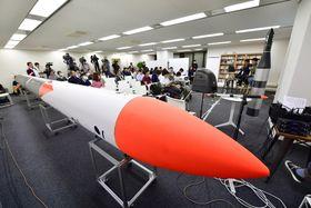 堀江貴文氏らによる宇宙ベンチャーが打ち上げる予定の小型ロケットMOMOの実物大模型=22日午後、東京都渋谷区