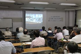住民と中村知事が面会した映像を見る参加者=長崎市魚の町、市民会館