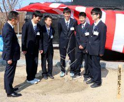 中尾校長(左端)と植樹した被爆桜を囲む生徒
