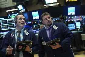 ニューヨーク証券取引所のトレーダーたち=13日(ゲッティ=共同)