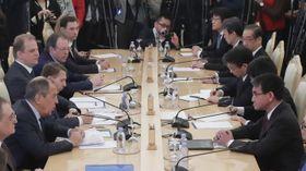 ロシアのラブロフ外相(左手前から2人目)との協議に臨む河野外相(右)。右奥から3人目が島田和久首相秘書官=14日、モスクワ(ロイター=共同)