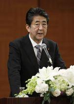 原爆の日の8月6日、広島市で記者会見する安倍首相