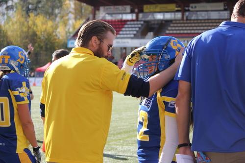 サイドラインでコーチの指示を受ける女子スウェーデン代表選手=写真提供・山本慎治さん