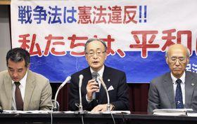 記者会見する原告側の弁護団共同代表の高崎暢弁護士(中央)ら=22日午後、札幌市