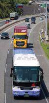 広島市内と広島空港を結ぶリムジンバス(手前)やトラックが行き交う山陽自動車道=15日午前10時12分、広島市東区。画像の一部を修整しています(撮影・井上貴博)