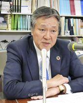 記者会見する日本損害保険協会の西沢敬二会長=22日、東京都内