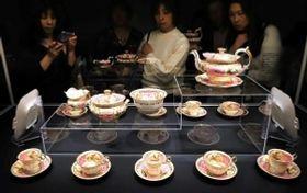 華やかなミントンのティーカップが並ぶ会場=神戸市東灘区、神戸ファッション美術館(撮影・大森 武)