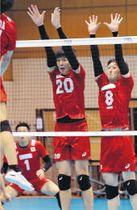 実戦練習でブロックに跳ぶ小野寺(20)=10日、東京都北区の味の素ナショナルトレーニングセンター