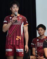 今季の意気込みを話すVC長野の長田主将(左)と栗木