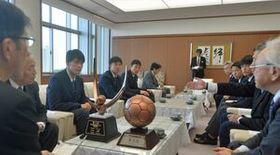 北村副知事(左)に全国高校選手権大会3位を報告する矢板中央高サッカー部の選手ら=県庁