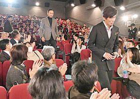 舞台あいさつで入場する(右から)佐藤浩市さん、渡辺謙さん、若松節朗監督=郡山市・郡山テアトル